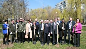 У Білій Церкві компанія «РОСАВА» висадила алеї дерев в честь свого 45-річного ювілею